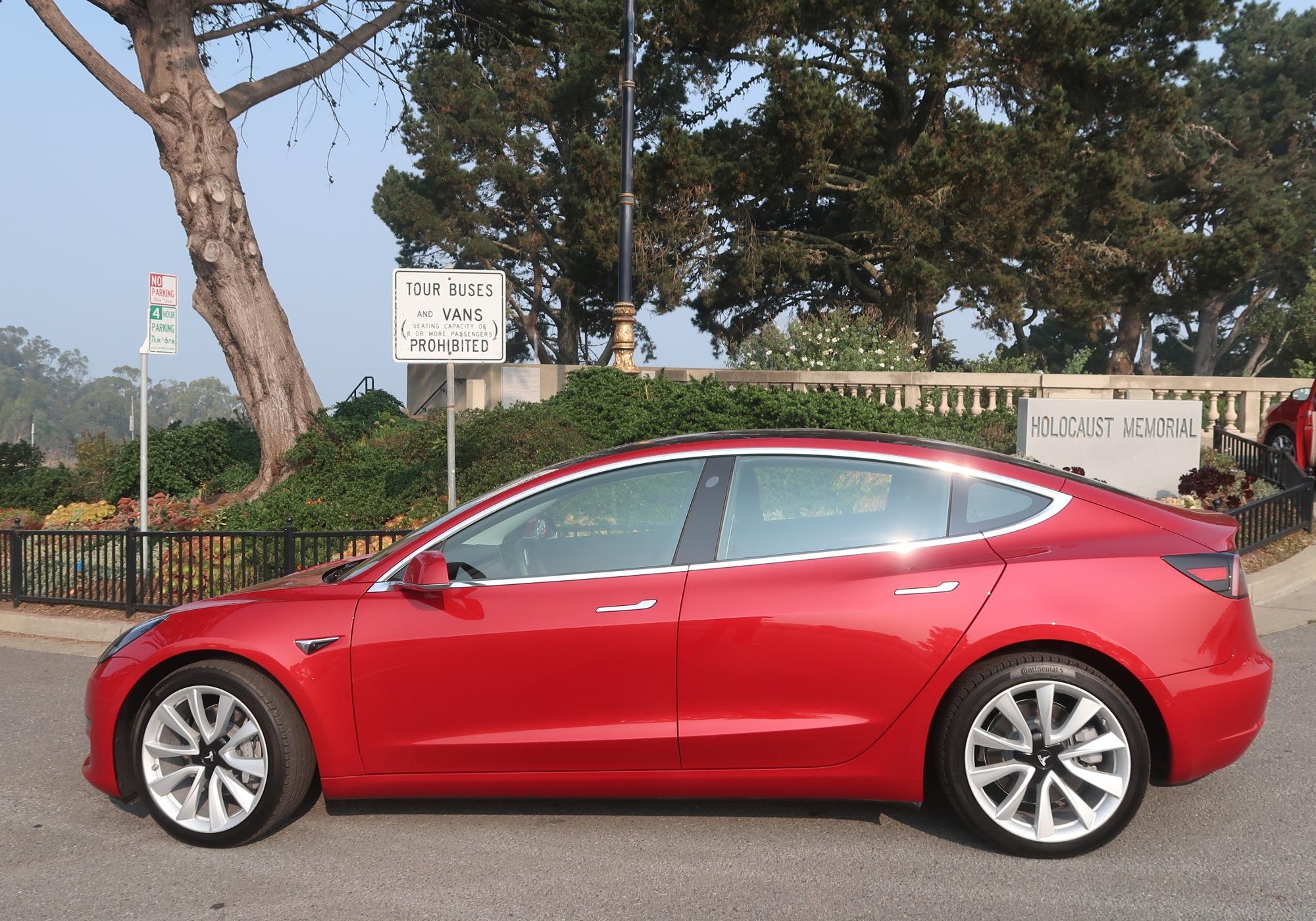 Tesla Model 3 em passeio de domingo pela Baía de São ...